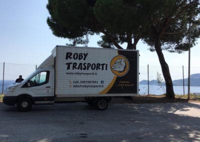 2021-04-Roby-Trasporti-Servizio-Traslochi-Trasporti-Lombardia-Pagina-di-Sfondo-Servizi